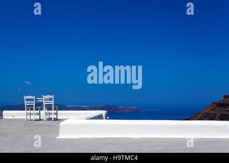 Deux chaises avec une table sur une terrasse, Thira, Fira, Santorini, Cyclades, Grèce Banque D'Images