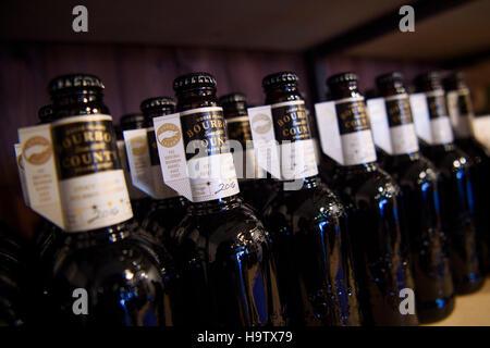 Usage éditorial qu'une partie des 100 bouteilles de Bourbon County Stout de Goose Island Beer sur l'affichage, pour Banque D'Images