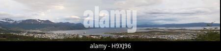L'Argentine, Patagonie: vue panoramique de la grande baie d'Ushuaia, capitale de la Tierra del Fuego (Terre de Banque D'Images