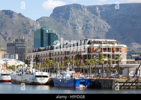 Le bateau Cape Grace Hotel et La Montagne de la table, le Waterfront, Cape Town Afrique du Sud Banque D'Images