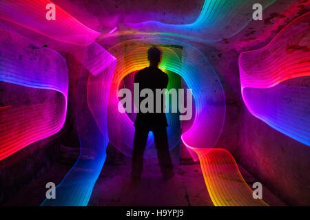 Peinture de lumière en sous-sol rustique humide.