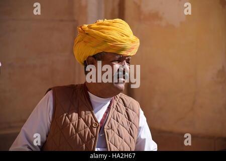 L'homme indien portant un turban jaune à l'intérieur de fort Mehrangarh à Jodhpur, Inde, Rajsthan Banque D'Images