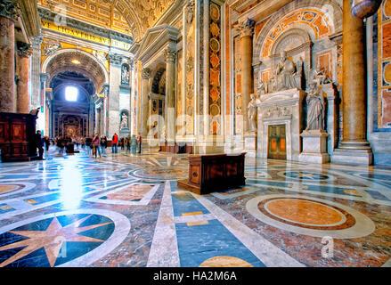 Intérieur de la Basilique St Pierre à Rome, Italie Banque D'Images