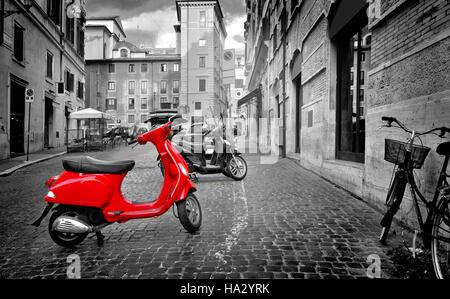 Rome, Italie - le 18 juin 2016. Petite moto rouge sur rue romaine, Italie Banque D'Images
