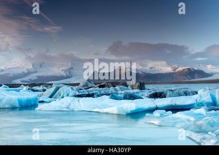 Les icebergs Jokulsarlon, un lac glaciaire dans le sud-est de l'Islande, au bord du Parc National du Vatnajokull Banque D'Images
