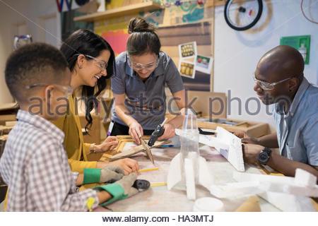 Aider le scientifique en sciences de la famille de l'atelier du Centre Banque D'Images