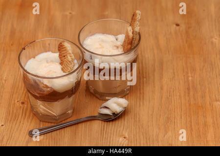 Vanille chocolat au lait dessert avec une crème rempli biscuit Banque D'Images