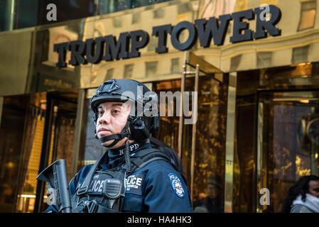 New York City, USA. 26 novembre, 2016. Après l'élection Trump Tower, un site qui attire les touristes, en vertu Banque D'Images