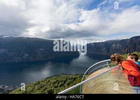 Childres dans Stegastein Lookout observation deck, Bjørgavegen, Aurland, Norvège Banque D'Images