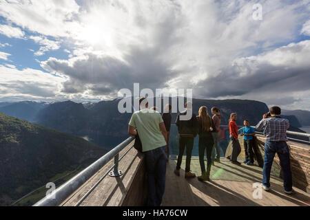 Les touristes en belvédère Stegastein observation deck, Bjørgavegen, Aurland, Norvège Banque D'Images