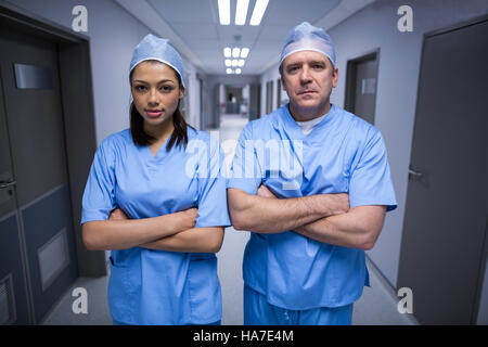 Portrait of surgeons standing with arms crossed Banque D'Images