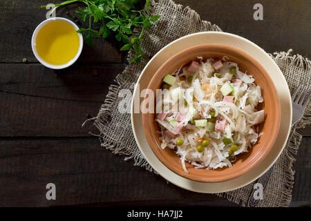 Avec salade de choux, poulet, concombre, pomme et noix. Concept d'aliments sains. Vue d'en haut.