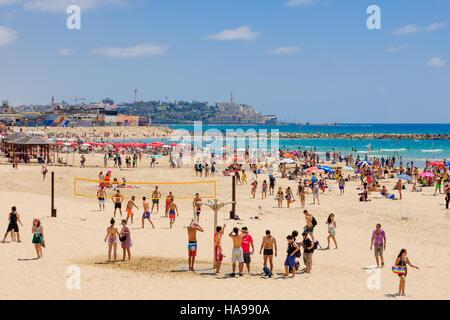 TEL AVIV, ISRAËL - 12 juin 2015: vue sur la plage de Tel-Aviv et de la vieille ville de Jaffa, avec les habitants Banque D'Images