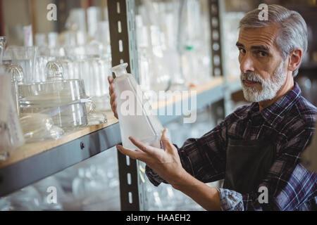 L'examen de souffleur de verre Banque D'Images
