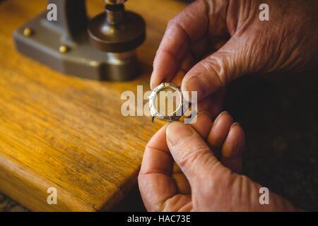 Main tenant horloger watch châssis en atelier Banque D'Images