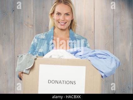 Female volunteer holding boîte de dons