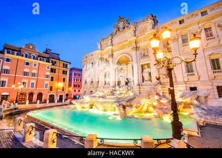 Rome, Italie. Orné d'une fontaine de Trevi, construit en, illuminé la nuit dans le coeur de Rome. Banque D'Images