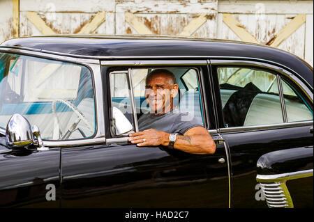 Portrait d'un homme âgé assis dans son antique 1955 automobile de mercure à son domicile dans la petite ville de Banque D'Images