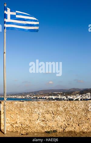 Drapeau grec voler dans les ruines de la forteresse au-dessus de la ville côtière de Rethymno, Crète Banque D'Images