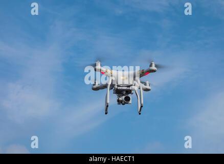 Un Drone Quadcopter avec caméra intégrée en vol, Devon, UK Banque D'Images