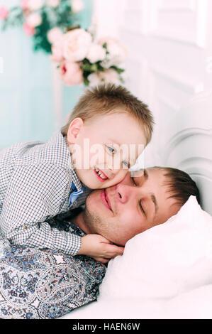 Jeune père et fils jouent ensemble portrait. Studio shot. Banque D'Images