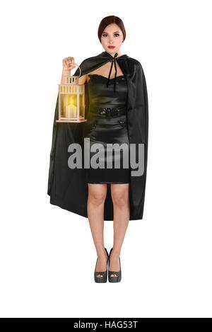 Young Asian woman dans un costume avec manteau holding lantern. isolé sur fond blanc Banque D'Images
