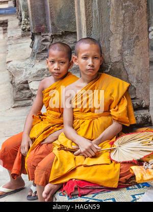 Les jeunes moines bouddhistes en prière à l'Université du nord de la Thaïlande