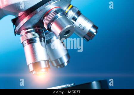 La lumière dans l'objectif de microscope Banque D'Images