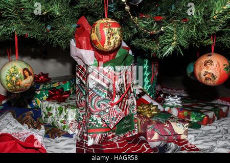 Close-up of home cadeaux emballés pour les fêtes en boîtes et sacs colorés sous l'arbre avec angel ornements dans l'avant-garde.
