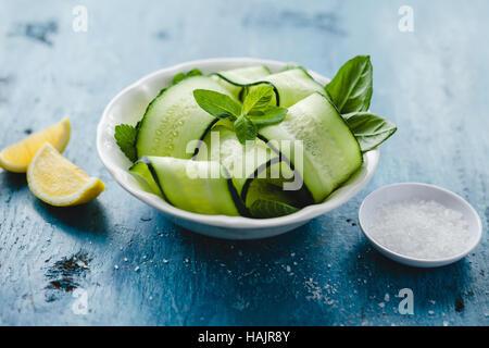 Bol de salade de concombre et de menthe et citron avec sel de mer Banque D'Images