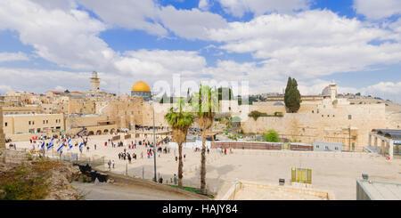 Jérusalem, Israël - 10 avril 2015: Le Mur occidental surpeuplé de Pâque, prières, et la mosquée Al-Aqsa et le dôme Banque D'Images