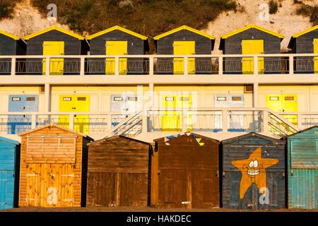 L'Angleterre, Broadstairs. À l'aube. Vue de face de deux rangées de cabines de plage, l'un au-dessus de l'autre, Banque D'Images