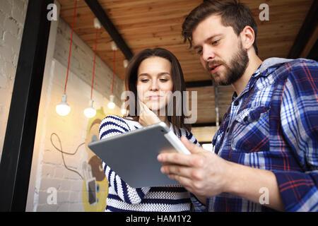 Les jeunes professionnels travaillent dans un bureau moderne.L'équipage d'affaires travaillant avec le démarrage Banque D'Images