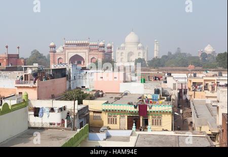 AGRA, INDE - 1 janvier 2015: vue sur l'horizon à travers les toits résidentiels vers le Taj Mahal sur un jour brumeux. Banque D'Images