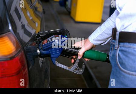 4fc2c4d0021327 Les prix du carburant diesel essence Europe Autriche pompe essence 2009 Prix  en EURO EUROs  Remplir le réservoir à essence de la voiture, main tenant la  ...