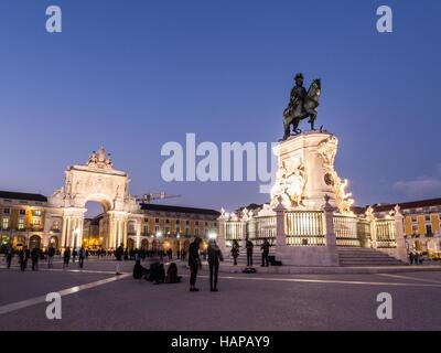 Praca do Comercio avec la statue du roi Jose J au centre-ville de Lisbonne, Portugal, par nuit. Banque D'Images