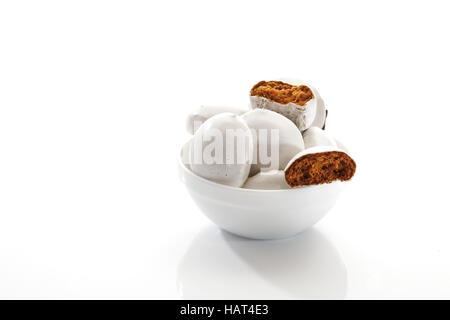 Gingerbread cookies dans un petit bol en porcelaine Banque D'Images