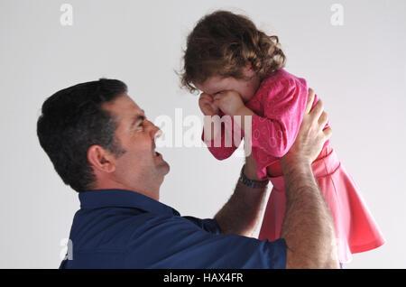 La colère du père est criant à sa fille pleurer. La paternité, parentales et familiales des enfants. concept copy Banque D'Images