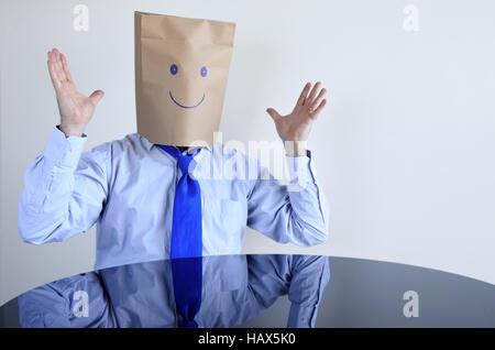 Heureux l'homme anonyme s'asseoir à la table seulement. Vie de l'homme, le bonheur concept. copy space Banque D'Images