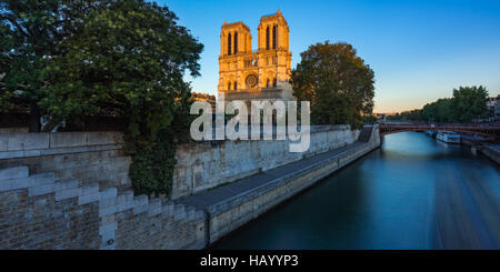 La cathédrale Notre Dame de Paris sur l'Ile de La Cité au coucher du soleil avec la Seine. Soirée d'été à Paris, Banque D'Images