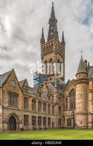 Une vue sur le clocher de l'université de Glasgow à partir de la cour à côté de l'édifice victorien. Banque D'Images