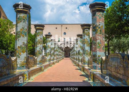 Cloître majolique dans complexe de Santa Chiara, à Naples, Italie Banque D'Images