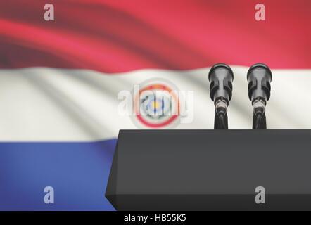 Chaire et deux microphones avec un drapeau sur le fond - Paraguay Banque D'Images