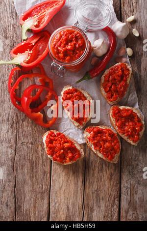 Ajvar - plat délicieux de poivrons rouges, les oignons et l'ail libre sur la table. vertical Vue de dessus Banque D'Images