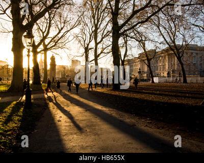 De longues ombres dans parc verdoyant avec le palais de Buckingham Banque D'Images