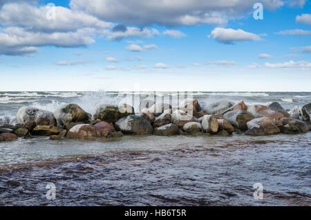 Les vagues se brisant sur les rochers Banque D'Images