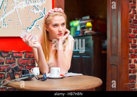 Femme blonde en utilisant sa pub smart phone. Banque D'Images