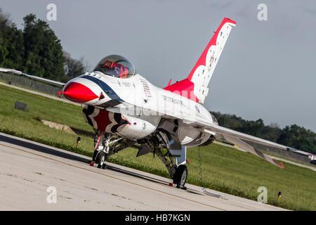 Avions F-16 de l'USAF Thunderbirds de l'escadron de démonstration aérienne stationné