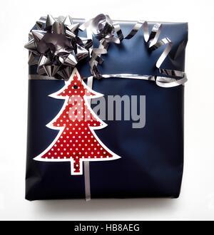 Un cadeau enveloppé dans du papier bleu Banque D'Images