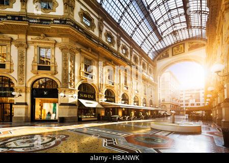 MILAN, ITALIE - 29 août 2015: Magasin de luxe dans la galerie Vittorio Emanuele II à Milan, centre commercial avec Banque D'Images